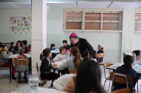 Mons. Gianni Sacchi in visita al refettorio del I ciclo